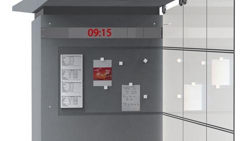 Opslagstavle_med_opslag_og_ur.jpg
